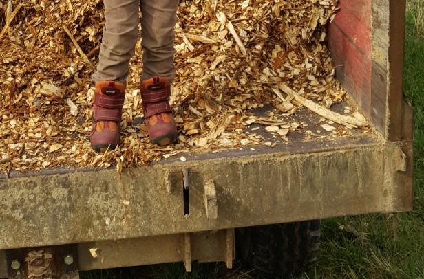 permaculture enfant paillage et broyat