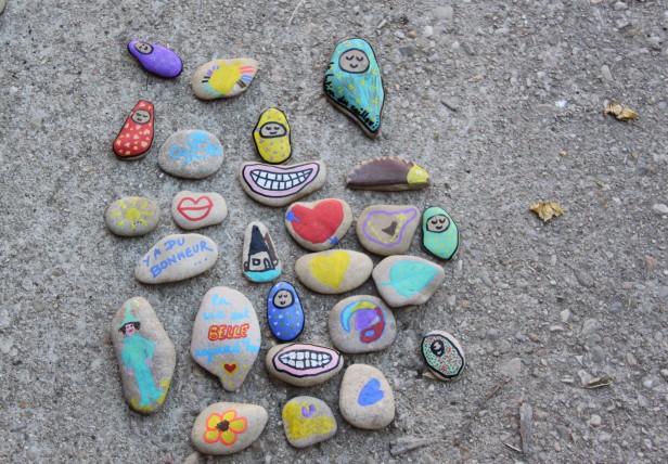 permaculture enfants cailloux décorés